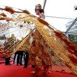 """Diese Besucherin sorgt mit ihrem extravaganten Kleid bei der """"The Wild Pear Tree""""-Premiere für Aufsehen."""