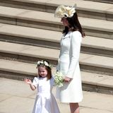 Prinzessin Charlotte und Herzogin Catherine winken bei ihrer Ankunft den wartenden Fans und der Presse.