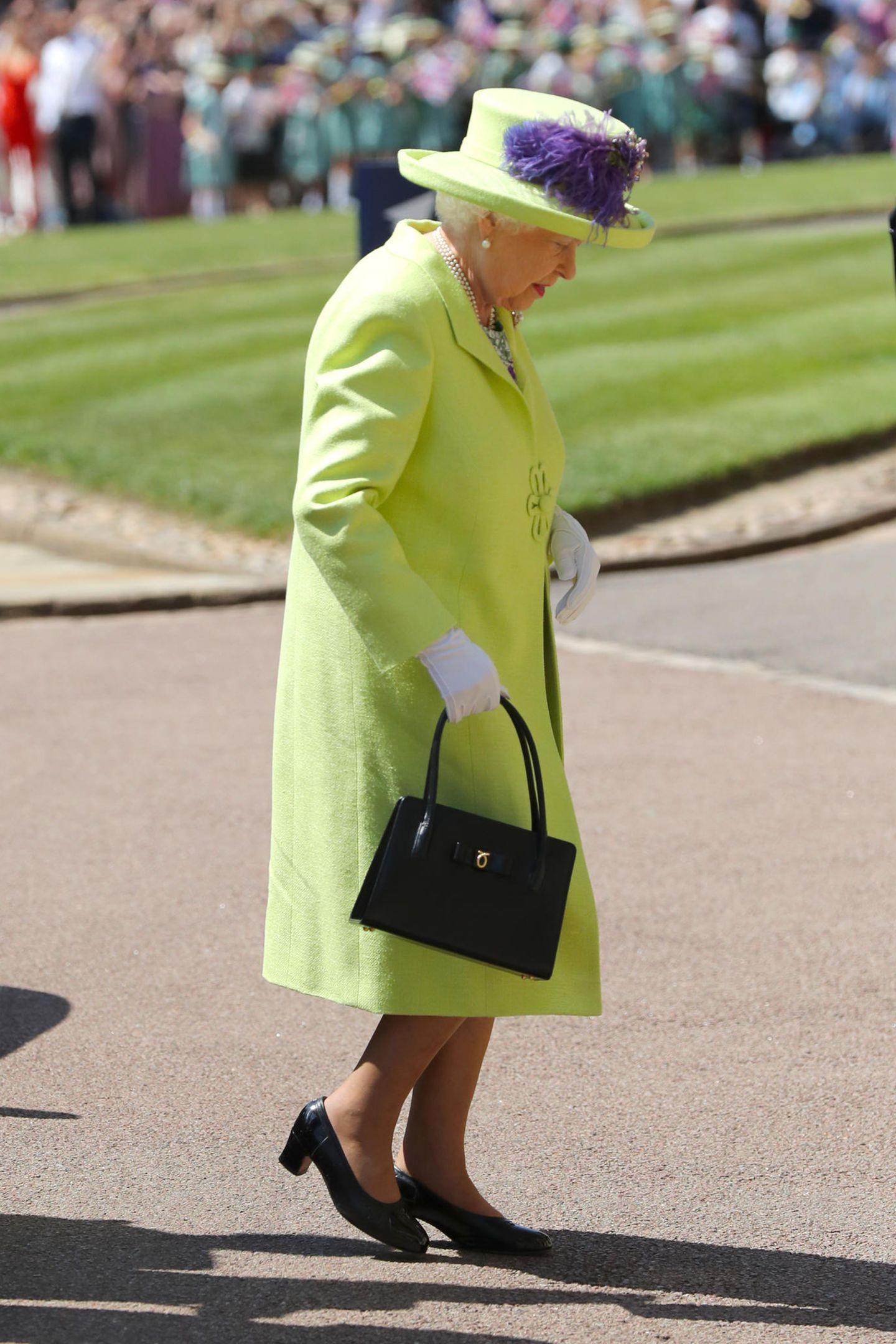 Queen Elizabeth bringt Farbe ins Spiel: Sie schlüpft ineingrellgrünes Ensemble von Hofschneider Stuart Parvin und Hutmacherin Angela Kelly.