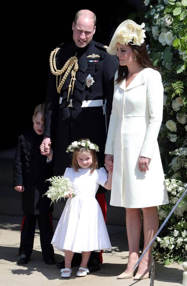 Prinz George ist der Trubel um Meghan und Harry zu viel: Er versteckt sich, während Prinzessin Charlotte das Bad in der Menge genießt
