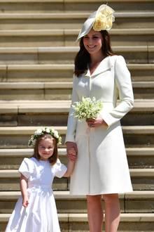 Ganz schön schlicht ist der Look, den Herzogin Catherine für die Hochzeit von Harry und Meghan aus ihrem Schrank holt. Der Mantel stammt von Alexander McQueen und hat einen klassischen Schnitt. Das Schönste daran: Er passt perfekt zu dem Kleidchen von Prinzessin Charlotte. Der Mutter-Tochter-Look ist perfekt.