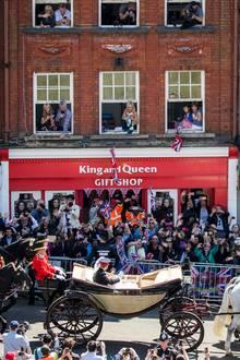 Die erste Kutschfahrt als Ehepaar und Herzogpaar von Sussex wird von Tausenden Fans umjubelt.