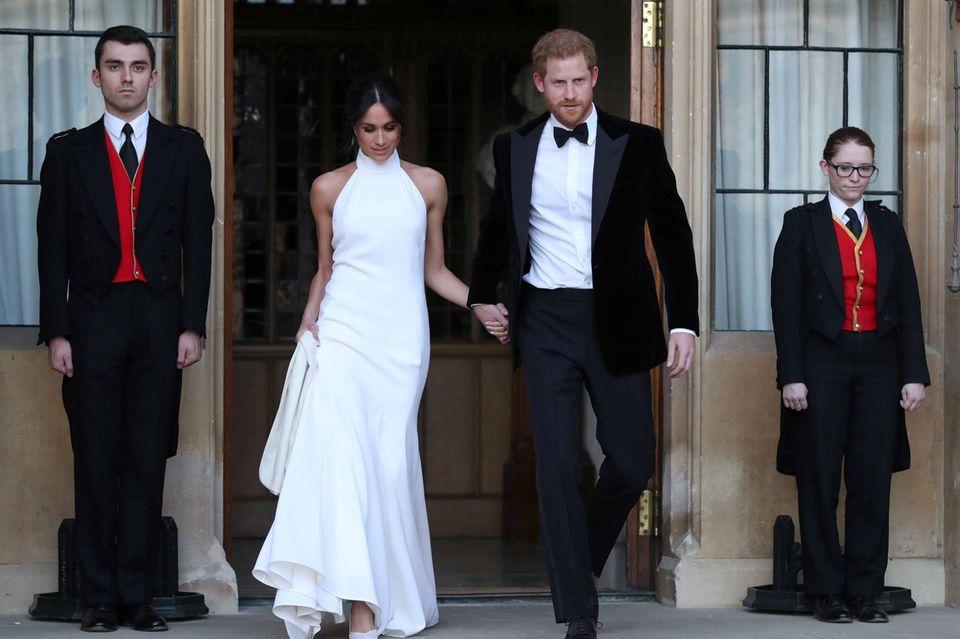 Hier kommt das frischgebackene Ehepaar, Prinz Harry und Herzogin Meghan, im abendlichen Outfit.