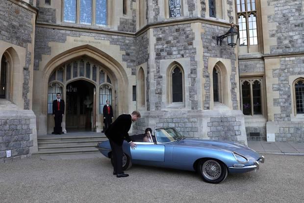Ganz Gentleman: Harry hilft seiner Frau in den Wagen.