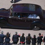 Bedienstete begrüßten den Rolls Royce mit der Braut vor der Kirche.