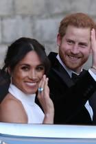 Als Meghan und Harry das Frogmore House im Oldtimer verlassen, fällt der Blick sofort auf die Hand der frisch gebackenen Herzogin. Hier glänzt ein neuer Ring.
