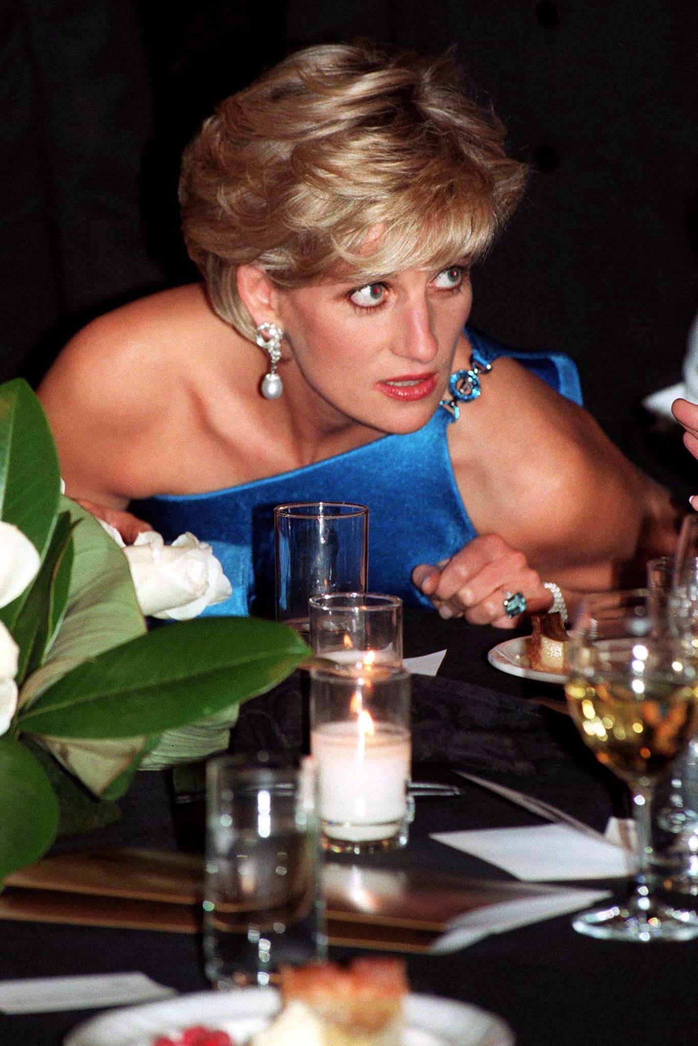 Bim Charity-Dinner in 1996 kombiniert Prinzessin Diana den Aquamarin-Ring zu einem ebenso strahlend blauem Kleid.