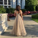 Der Rücken des Kleides ist ebenso traumhaft wie die Vorderseite. Egal aus welchem Blickwinkel, an Priyanka Chopra bezaubert jederZentimeter.