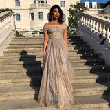 Auch Priyanka Chopra nutzt die Zeit vor der Party und die Treppen vorm Hotel, um ihren zweiten Weddinglook zu präsentieren. Im Sonnenlicht funkelt ihr Couture-Kleid von Dior besonders schön.