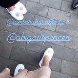 """Troian Bellisario, die Frau von """"Suits""""-Star Patrick J. Adams, zeigt in ihrer Instagram-Story, was hinter den Kulissen passiert und dass Hollywood-Ladies auch nur Frauen sind, die irgendwann nicht mehr auf Heels laufen können. Wie gut, dass bei der Hochzeit Slipper verteilt werden. Abigail Spencer und Sarah Rafferty schlüpfen direkt hinein."""