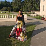 Zu der Hochzeitsparty am Abend wechselt Serena Williams in ein bodenlanges Kleid von Valentino. Eigentlich sind Fotos verboten. Doch der Platz vor ihrem Hotel ist scheinbar eine Grauzone.