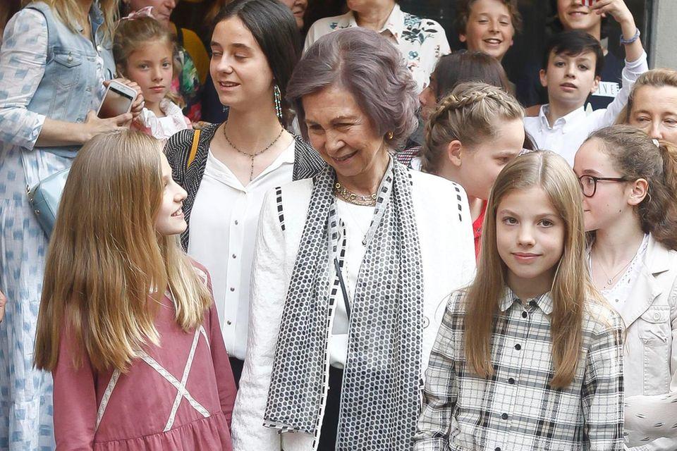 Königin Sofia und ihre Enkelin Prinzessin Leonor (links) und Sofia (rechts).