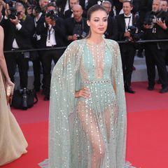 An diesem mit Pailletten verzierten Kleid ist zwar viel Stoff, dennoch zeigt Lara Leito damit viel Haut.