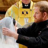 Vorsichtig, Harry! Der Prinz lüftet den Schleier seiner Braut, der kunstvoll über das Diadem drapiert lag.