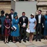 Die royalen Gäste sind bereit, dem Brautpaar zuzuwinken, das sich auf Kutschfahrt begibt.