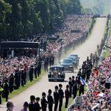 """Meghan Markle fährt in einem Rolls Royce den sogenannten """"Long Walk"""", die Zufahrt zum Schloss, entlang. Die Spannung auf ihr Kleid steigt ..."""