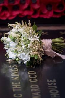21. Mai 2018  Einige Blumen, die zu dem schlichten Strauß gebunden wurden, hat Prinz Harry für seine Braut im Palastgarten gepflückt.