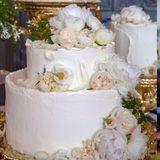 Die Hochzeitstorte  Seit Jahrhunderten wird auf königlichen Hochzeiten ein traditioneller English Fruit Cake gereicht, der für seine in Alkohol getränkten Trockenfrüchte und die klebrige Textur bekannt ist. Doch dieses Mal soll alles anders sein. Zu Harrys und Meghans Hochzeit wird einflacher Holunderblüten- und Zitronen-Biskuit mit Buttercreme-Glasur und dekorativen frischen Pfingstrosen und Rosen gereicht, der dafür gedacht ist, direkt an Ort und Stelle gegessen zu werden. Die Frau, die dafür verantwortlich ist, ist eine ebenso unkonventionelle Wahl: Claire Ptak, eine Konditorin aus dem Londoner Osten.
