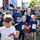 """21. Mai 2018  Los geht es zum """"Royal Run"""": Prinz Frederik ist mit dabei und umgeben von vielen Kindern, als es auf die Strecke in der dänischen Stadt Aalborg geht. Der dänische Kronprinz hat den Lauf zu seinem 50. Geburtstag landesweit ins Leben gerufen und lässt es sich nicht nehmen, selbst und mit seiner Familie anzutreten."""