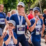 21. Mai 2018  Josephine, Mary und Isabella haben sich alle ihre Teilnehme-Medaillen abgeholt, auf denen eine große 50 prangt - schließlich wird Frederik 50 Jahre alt.
