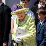 Die Botschaft hinter dem Outfit von QueenElizabeth II.  Bei der Hochzeit von Harry und Meghan trägt die Queen eingeblümtesKleid in grün, gelb, violett und grau mit einem limonengelben Mantel und einen passenden Hut mit einer großen violetten Feder daran. Dazu kombiniert sie schwarze Schuhe und eine schwarze Handtasche.Queen Elizabeth ist dafür bekannt, mit ihren Outfits subtile Botschaften zu senden. Deswegen kann man davon ausgehen, dass sie sich nicht zufällig für den limonengrünen Mantel entschieden hat, den sie in der St. George's Chapel trägt. In der Farbpsychologie steht Grün für Frühling, Fruchtbarkeit und Wachstum.