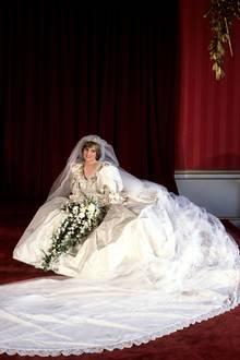 23 Meter Seide, 92 Meter Tüll - das Brautkleid von Prinzessin Diana könnte ausladender nicht sein. Sie hat es aus 50 Entwürfen der Designer David und Elizabeth Emanuel ausgesucht.