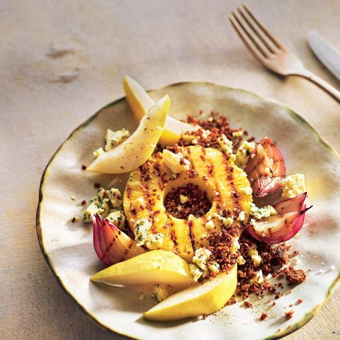 Gegrillte Ananasscheiben mitBirne, würzigem Käse und geröstetem Pumpernickel
