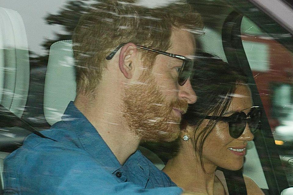 Beim genaueren Hinsehen fällt auf: Herzogin Meghan trägt immer noch ihre Hochzeitsohrringe von Cartier. Auch ihre Frisur erinnert sehr an den Tag ihrer Hochzeit. Bei Prinz Harry sieht man andere Spuren des großen Tages: Augenringe vom langen Feiern.