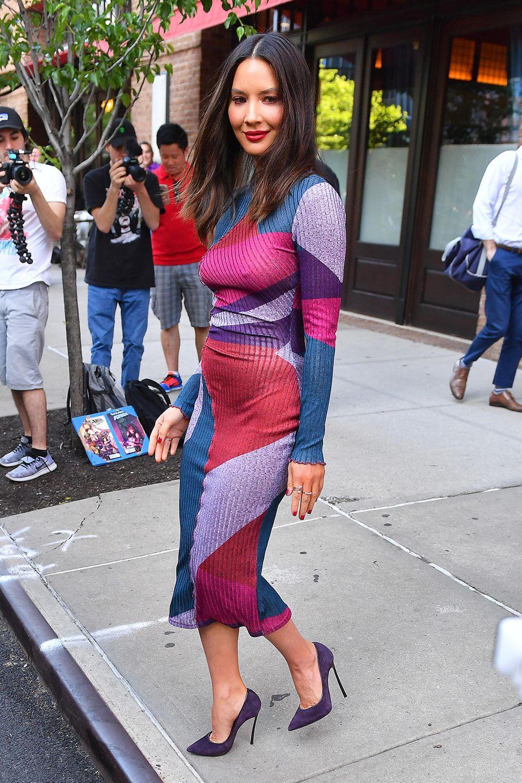 Im figurbetonten Hingucker-Kleid zieht Olivia Munn die volle Aufmerksamkeit von Paparazzi und Passanten auf sich. So richtig schlau war diese Kleiderwahl allerdings nicht.