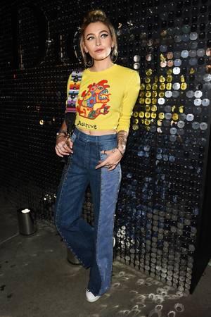 Hippie de luxe: Paris Jackson im lässigen Dior-Look. Der Crop-Top-Pulli ist farblich auf den Taschengurt abgestimmt