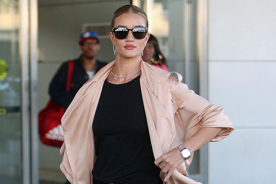 Model Rosie Huntington-Whiteley in einem sexy Lässig-Look am JFK-Flughafen in New York.