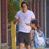 In grauer Sporthose und verschwitztem Shirt wird Vito Schnabel in New York fotografiert. Eine verspiegelte Sonnenbrille und schwarze Kopfhörer machen seinen Work-Out-Look perfekt. Seine Miene wirkt fokussiert und seine Haltung angespannt...