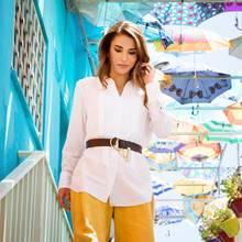 Schlichte Eleganz beherrscht die Luxus liebende Königin Rania aus dem Effeff, wie sie beim Besuch eines Waisenhauses im Distrikt Marka mal wieder beweist. Die weiße Bluse und die sonnengelbe Leinenhose von Simon Millerkombiniert sie mit einem Ledergürtel von Chloé.