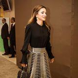 Was für ein Look!Die Besucher desEBRD Business Forum im jordanischen Sweimeh dürfen sich am Anblick von Königin Rania im gestreiften Faltenrock und Pumps von Dior und einer schwarzen Bluse des Labels Co erfreuen.