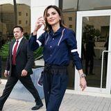 Für ihren Besuch des KönigHussein Business Parks in Amman hat sich Königin Rania diese dunkelblaue Luxus-Kombi ausgesucht: Die Bluse stammt von Comme de Garςons, die zweifarbige Hose mit Knopfleiste von Cédric Charlier.