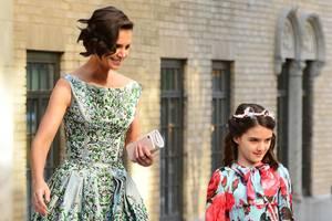 Nicht nur Katie Holmes sieht im floralen Fifties-Dress von Zac Posen bezaubernd,auch Suri ist im rosigen Blumenkleid ein toller Hingucker. So schön im blumigen Partnerlook gestylt sind die beiden auf dem Weg zur Frühlingsgala des American Ballets.