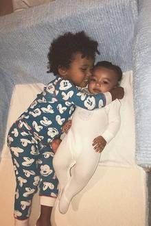 """22. Mai 2018  Das ist wahre Geschwisterliebe!Auf Instagram teiltMama Kim Kardashian einen putzigen Schnappschuss von Saint und Chicago. Der zweijährige Saint liegt mit einem breiten Grinsen dich an das Schwesterchen Chicago gekuschelt.""""Manchmal brauchen wir alle eine Umarmung"""", schreibt die Dreifach-Mama Kim unter das zauberhaft süße Bild ihrer Kids."""