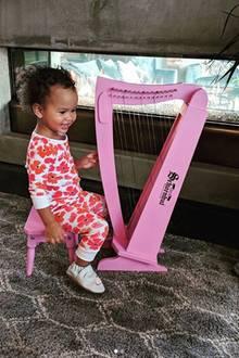 3. Mai 2018  Ihr musikalisches Talent hat die kleine Luna sicherlich von Musiklegende Papa John Legend geerbt. An der pinken Harve macht sich die Kleine jedenfalls schon mal sehr gut.
