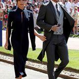 Für diese elegante, dunkelblaue Eigenkreation erntete Victoria Beckham nicht nur Komplimente. Vielen Fans war der Look zu düster für die sonnige Traumhochzeit von Prinz Harry und Meghan in Windsor. Immerhin sind die roten Pumps ein schöner Farbklecks.