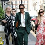 Alle Augen auf Mrs. Beckham!Victoria ist im waldgrünen Business-Style unterwegsund zieht die Blicke der Londoner auf sich. Aber Aufmerksamkeit ist ja durchaus gewollt.