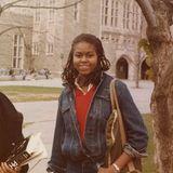 Michelle Obama  Rastazöpfe, Jeanslook und ein schüchternes Lächeln. So schaut Michelle Obama als Studentin in den 80er Jahren aus. Hätten Sie die ehemalige First-Lady auf diesem Jugendfoto erkannt?