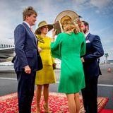 Stéphanies Hut hält Máximas Begrüßungsküssen nicht stand und fliegt von ihrem Kopf ...