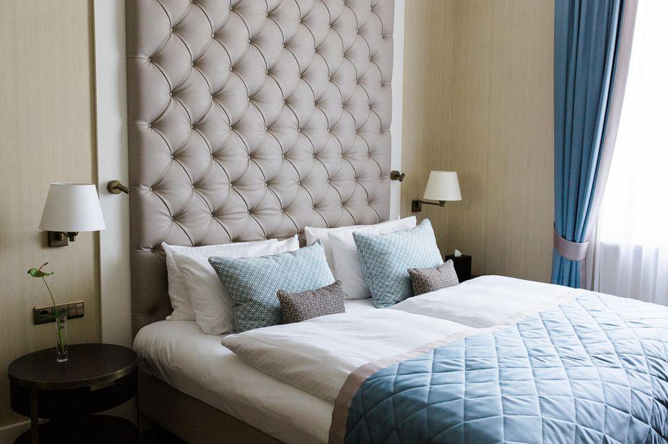 Die elegant ausgestatteten Zimmer laden zum Entspannen ein