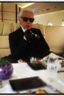 Auch bei der Verpflegung wird ausschließlich auf Luxus gesetzt: Auf einer weißen Tischdecke und mit edlem Silberbesteck wird ihm während des Flugs sein Dinner serviert.