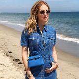 An ihrem 31. Geburtstag trägt die Influencerin Chiara Ferragni ein cooles, kurzes Jeanskleid und weiße Plateausneaker. Abgerundet wird der Look mit einer blauenHermès Kelly Mini Bag.