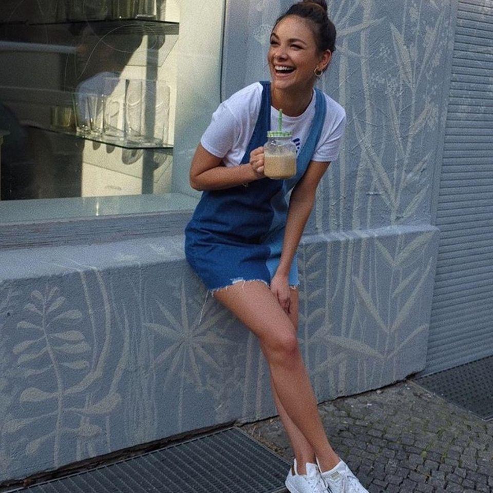 Janina Uhse mag es lässig. Im Jeans-Minikleid mit Sneakern hat die schöne Schauspielerin alles richtig gemacht.