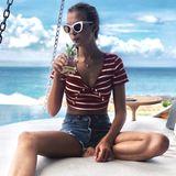 Model Josephine Skriver feiert ihren 25. Geburtstag in der Domnikanischen Republik. Im Ringel-Crop-Top und knapper Jeansshorts nippt die Victoria-Secret Schönheit an einem kühlen Drink.