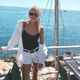 Model Lena Gercke hat den perfekten Look für einen Tag am Meer gewählt. Die Blondine kombiniert eine weiße Jeansshorts im angesagten destroyed-Look mit einen schwarzen Body und einem lässigen Hemd im Boyfriend-Style. Alles richtig gemacht finden wir.