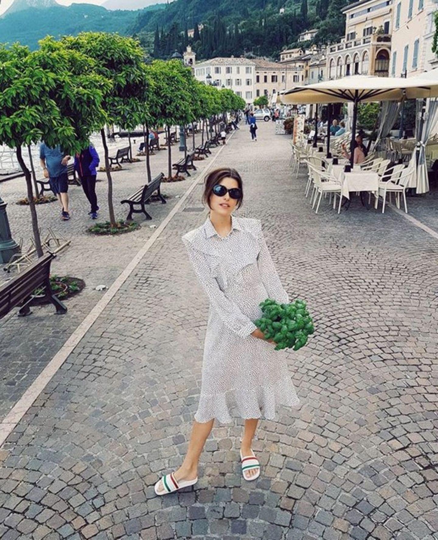 Stilsicher kombiniert Model Marie Nasemann Adiletten zum eleganten Volantkleid.