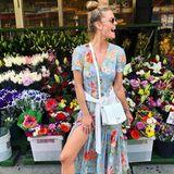 Dieser Look kann auch einfach nur happy machen. Nina Agdal in einem luftigen Maxikleid und weißen Accessoires.